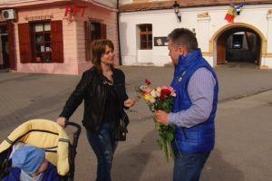 Primarul Gheorghe Roman a oferit flori doamnelor și domnișoarelor de 8 Martie